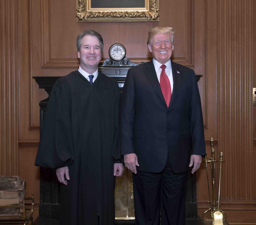 Kavanaugh junto a Trump. (AP) (semisquare-x3)