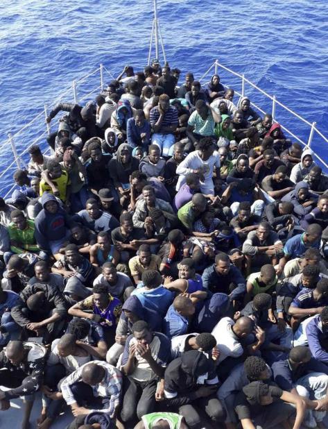 En esta fotografía del 24 de junio de 2018 difundida por la guardia costera de Libia, migrantes africanos rescatados por la guardia costera de Libia, llegan a la costa al este de la capital, Trípoli, Libia. (AP) (vertical-x1)