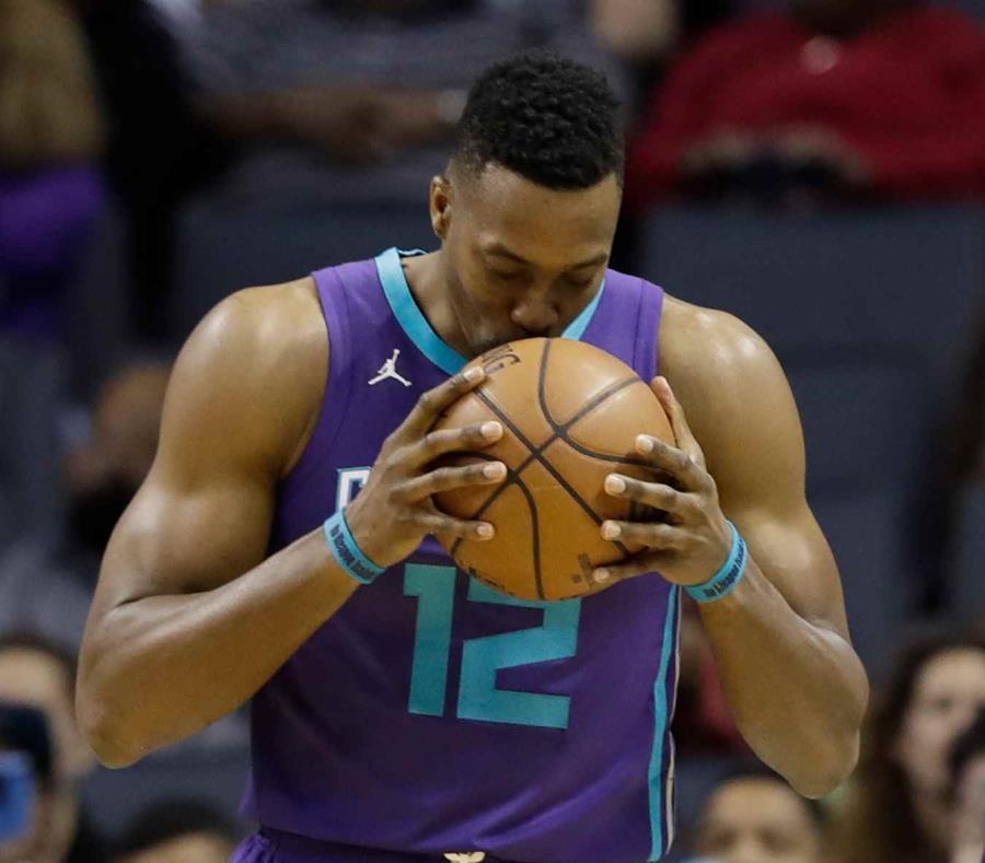 En esta foto del 8 de abril del 2018, el jugador de los Hornets de Charlotte Dwight Howard besa el balón antes del inicio de un partido contra los Pacers de Indiana. (AP) (semisquare-x3)