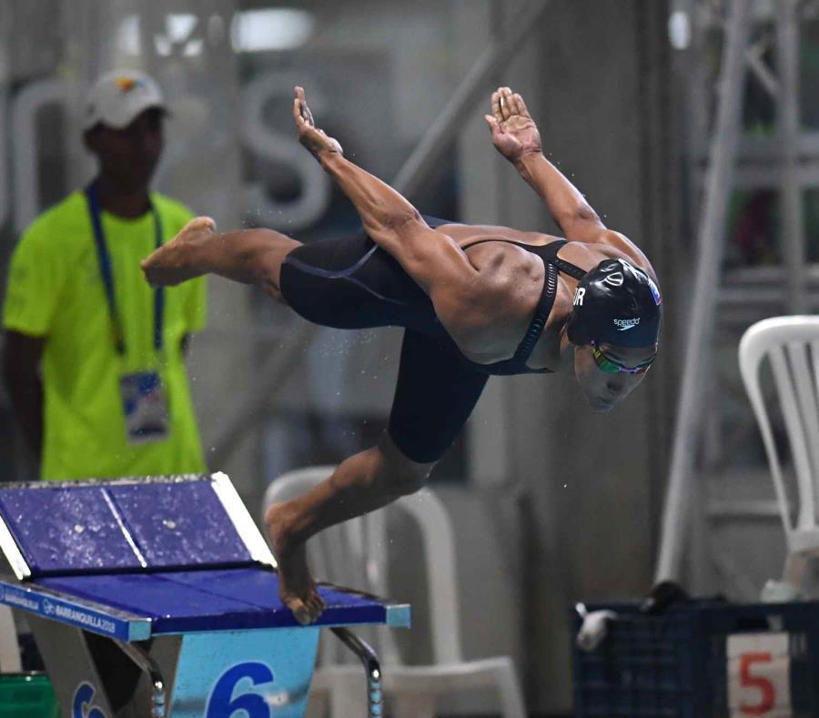 Vanessa garc a asegura que la nataci n queda en buenas for Piscina 50 metros sevilla