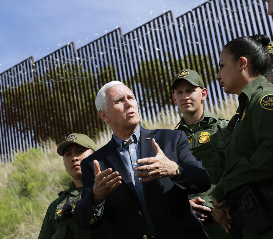 Mike Pence (centro) recorrió parte del muro fronterizo en compañía del gobernador de Arizona, Doug Ducey. (AP / Matt York) (semisquare-x3)