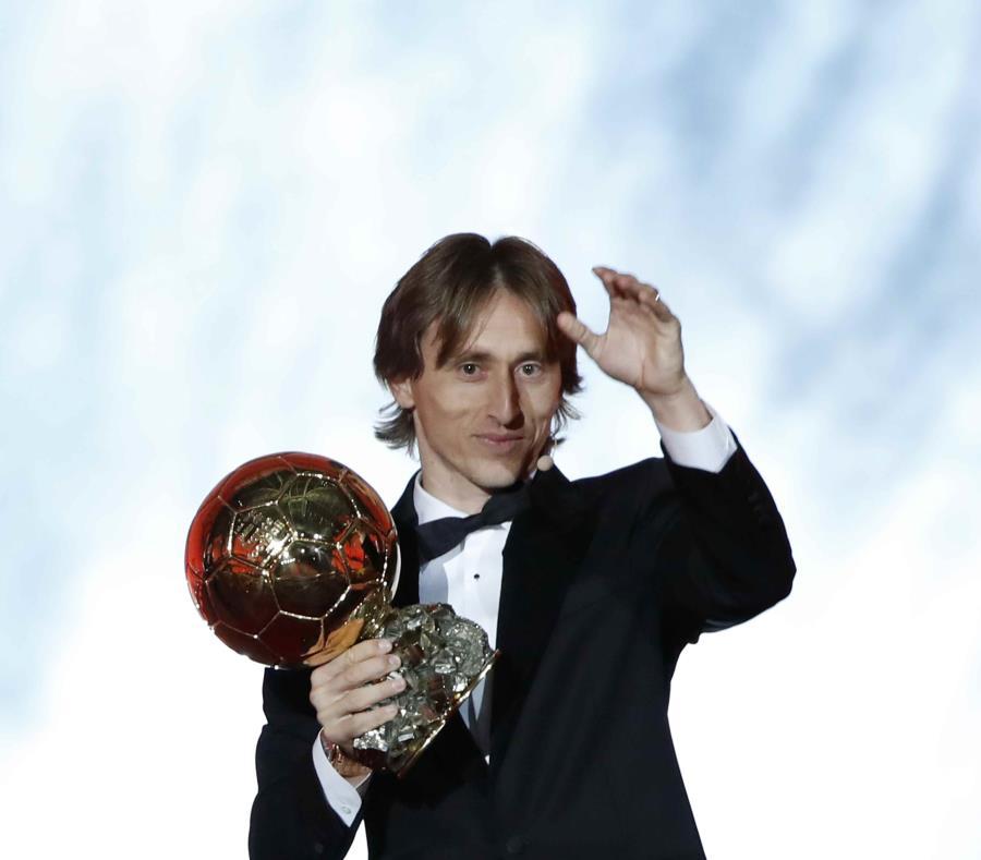 El croata Luka Modric, del Real Madrid, muestra el Balón de Oro que capturó durante la ceremonia de esta noche. (AP / Christophe Ena) (semisquare-x3)
