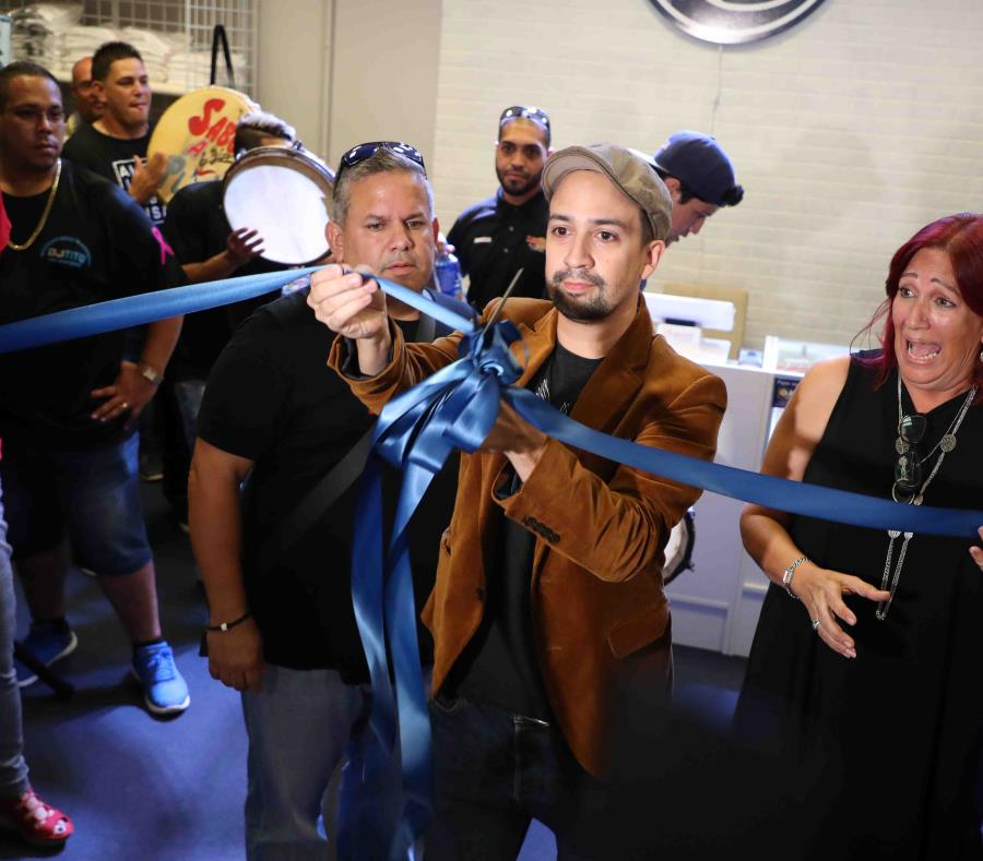 Lin-Manuel Miranda corta la cinta para dejar inaugurada su tienda en Plaza Las Américas. (semisquare-x3)