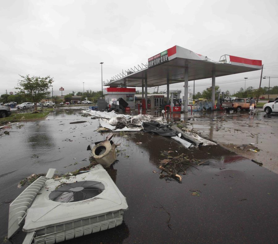 Algunos escombros yacen en una gasolinera tras el paso de una tormenta, el sábado 13 de abril de 2019 en Vicksburg, Mississippi. (Courtland Wells/The Vicksburg Post vía AP) (semisquare-x3)