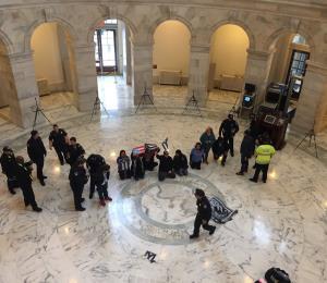 Arrestan manifestantes en Senado federal tras pedir ayuda para la isla