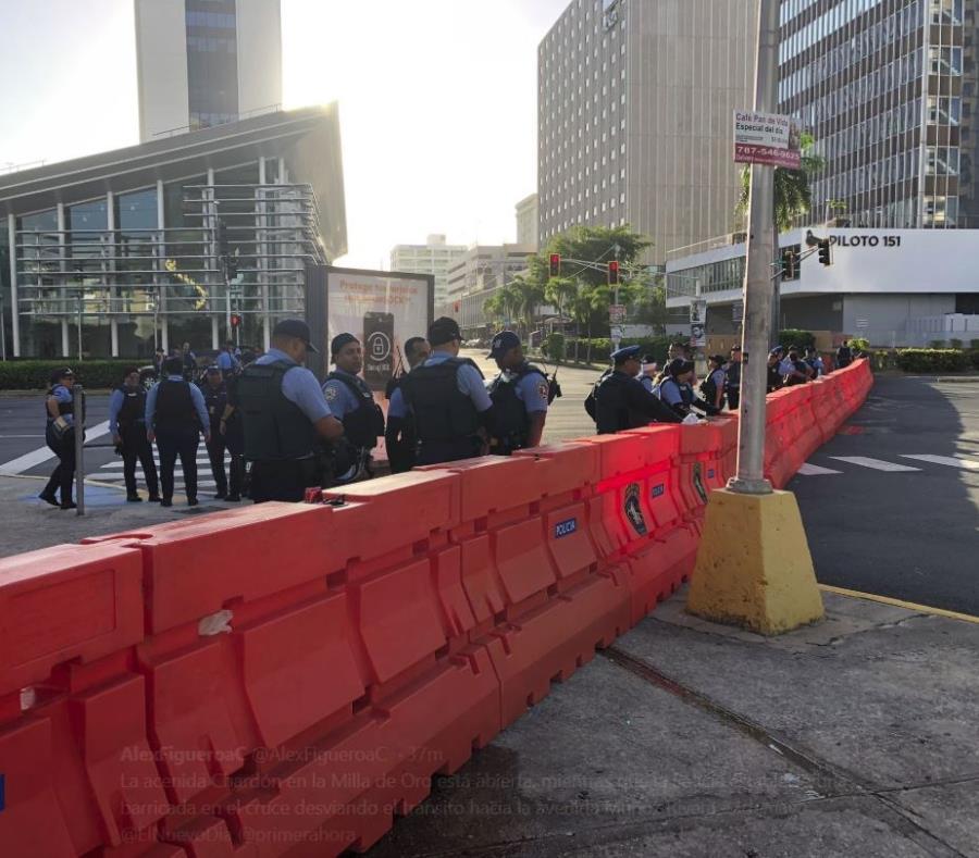 En la mañana ya veían los policías en la zona bancaria. (Alex Figueroa) (semisquare-x3)