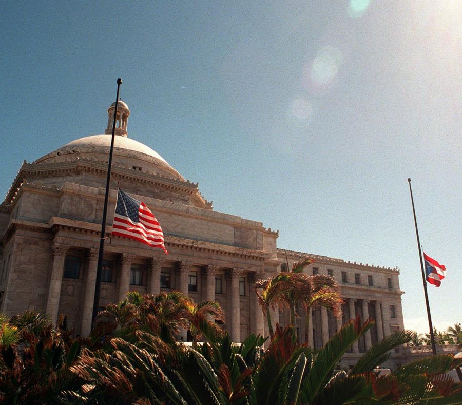 En esta imagen se observan las banderas a media asta frente al Capitolio. (GFR Media) (semisquare-x3)