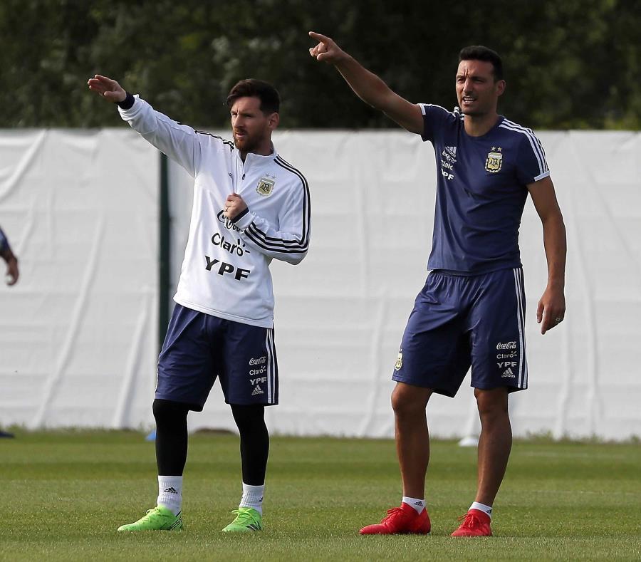 Lionel Messi (al centro) calienta antes del inicio de un entrenamiento de la selección argentina en Bronnitsy, en las afueras de Moscú. (EFE / Yuri Kochetkov) (semisquare-x3)