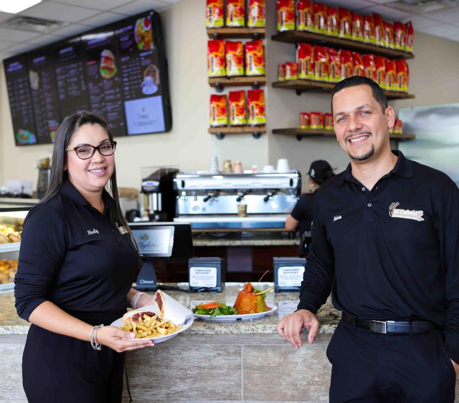 Melvin Méndez y su esposa Misely Raíces abrieron la cuarta sucursal de su panadería y restaurante El cafetal en Orlando, Florida. (semisquare-x3)
