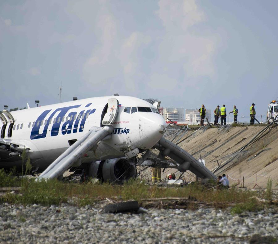 Foto del accidente en que un avión se salió de la pista en Sochi, Rusia, el 1 de septiembre del 2018. (semisquare-x3)
