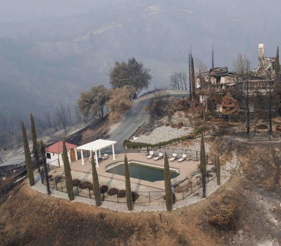 Una piscina es todo lo que quedó de una residencia en la cima de una colina después de un incendio forestal en el condado Shasta. (semisquare-x3)