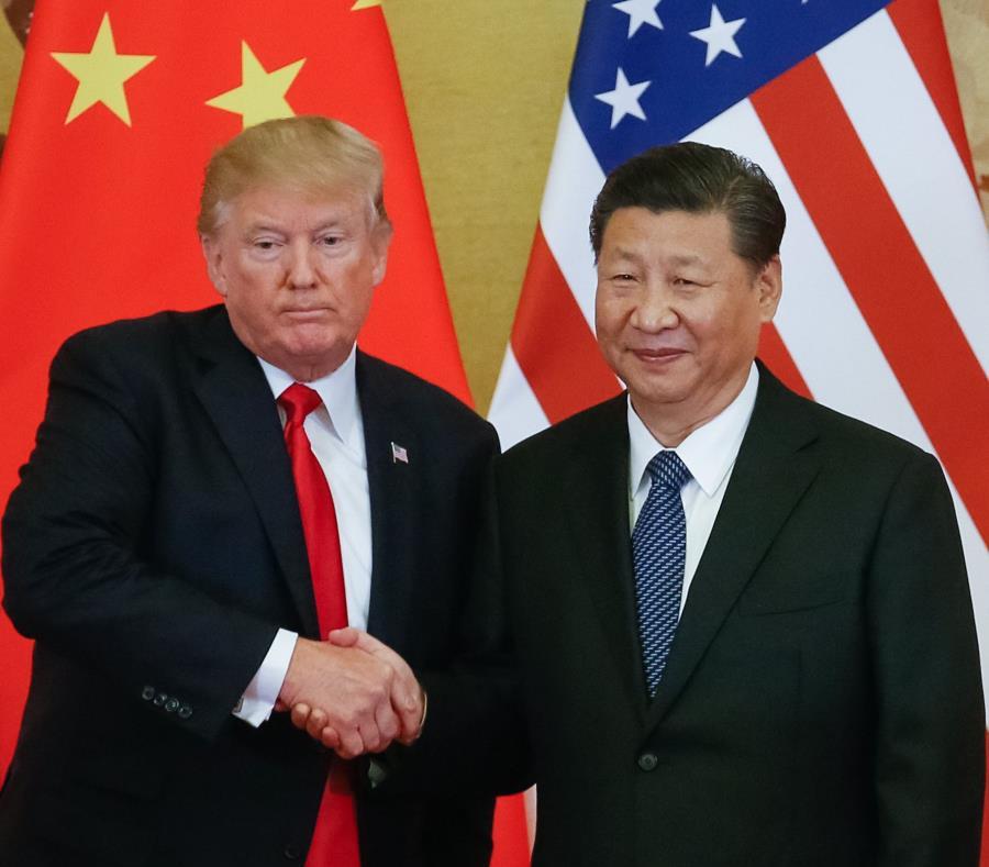 El presidente estadounidense, Donald  Trump, y el presidente chino, Xi Jinping, se dan la mano en una rueda de prensa en 2017. (EFE) (semisquare-x3)