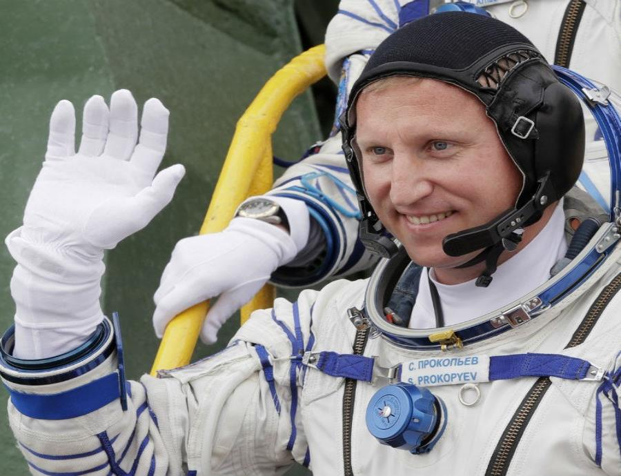El astronauta ruso Sergey Prokopyev saluda al abordar una nave espacial en una misión rumbo a la Estación Espacial Internacional. (semisquare-x3)