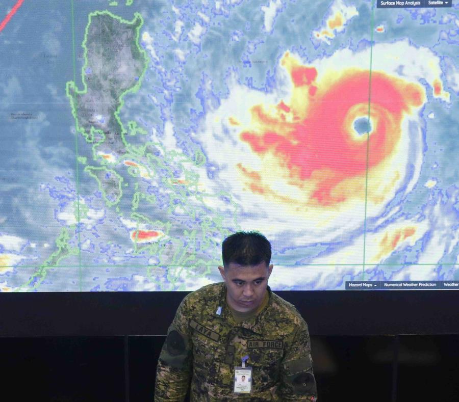 Un oficial de la fuerza aérea filipina muestra una imagen de satélite del tifón Mangkhut durante una reunión con el presidente Rodrigo Duterte. (AP / Aaron Favila) (semisquare-x3)