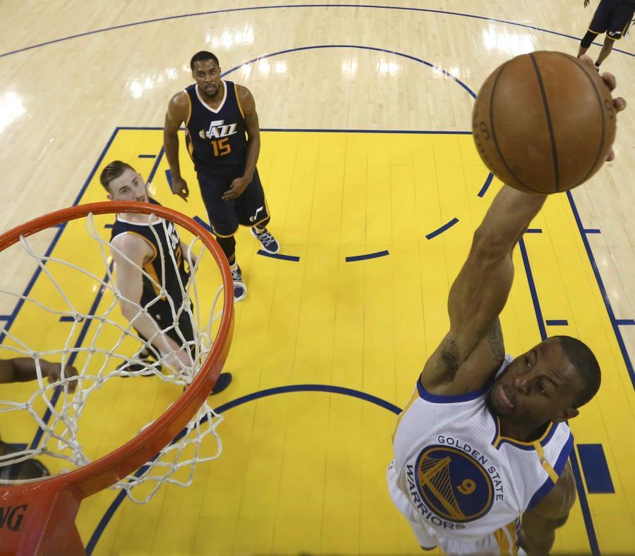 El jugador de los Warriors de Golden State Andre Iguodala ataca el canasto en el partido contra los Jazz de Utah. (semisquare-x3)