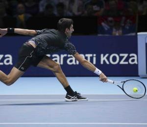 Novak Djokovic impresiona ante Isner al debutar en la Copa Masters