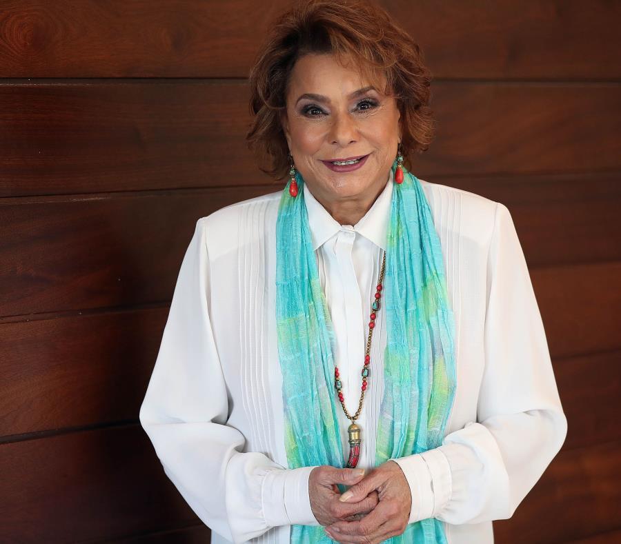 La cantante boricua Lucecita Benítez (semisquare-x3)