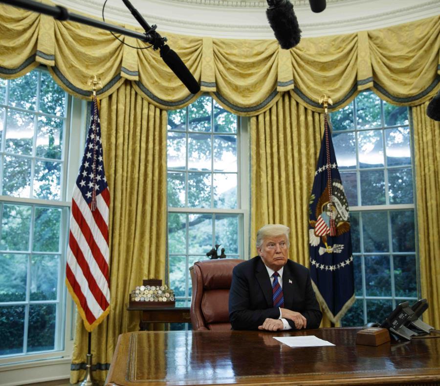 El presidente Donald Trump durante una conversación telefónica con el mandatario mexicano, Enrique Peña Nieto, sobre un acuerdo comercial entre ambas naciones, en la Casa Blanca. (AP) (semisquare-x3)