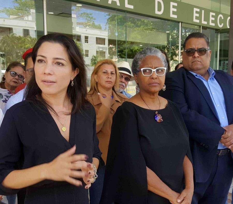A la izquierda, Alexandra Lúgaro, quien figura entre el liderato del movimiento, junto a Ana Irma Rivera Lassén y Nestor Duprey. (GFR Media) (semisquare-x3)