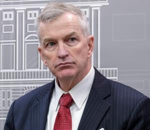 Peter Brown se visualiza como un enlace entre las autoridades estatales y federales