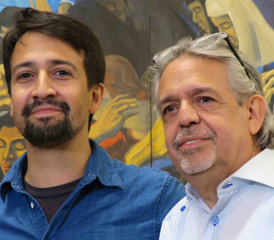 El dramaturgo y actor de origen puertorriqueño, Lin-Manuel Miranda, posa con su padre Luis Miranda durante una rueda de prensa en San Juan. (Agencia EFE) (semisquare-x3)