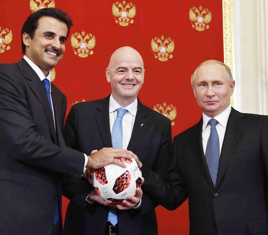 Putin se reunió en el Kremlin con el emir de Catar, jeque Tamim bin Hamad Al Thani, y con el presidente de la FIFA Gianni Infantino. (AP) (semisquare-x3)