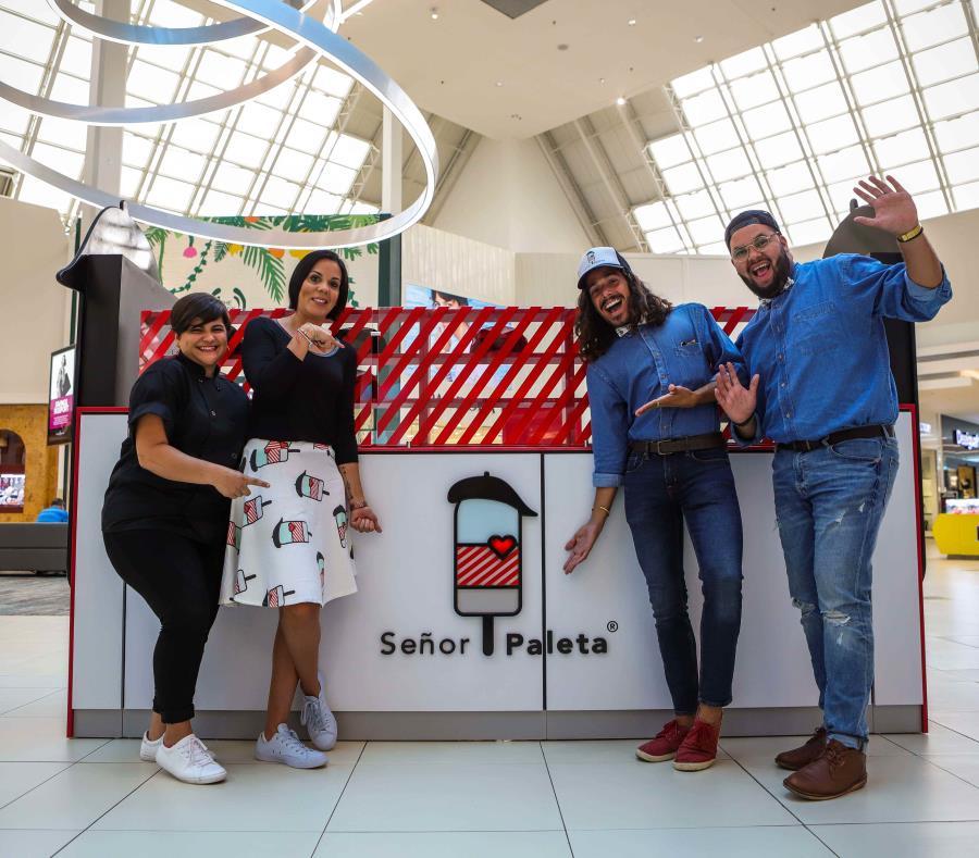 Señor Paleta está localizado en la entrada principal de Florida Mall. De izquierda a derecha, Andrea Ayala,  Jennifer Serrano, Lenon Bonilla y Luis Marín. (semisquare-x3)