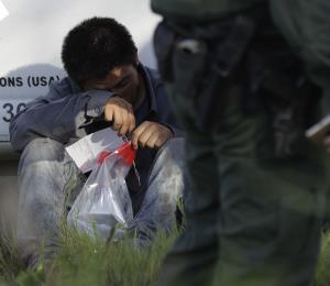 Hallan a 44 inmigrantes en dos camiones refrigerados en Texas