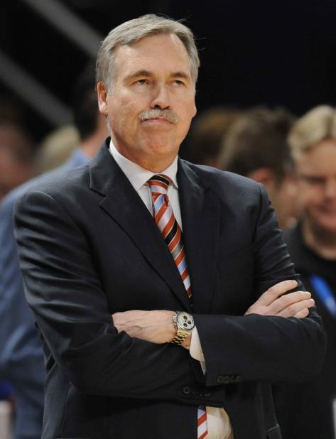 Mike D'Antoni, dirigente de los Rockets de Houston, considera apropiada la medida para reducir a 1:15 minutos la duración de cada tiempo que piden los técnicos. (vertical-x1)