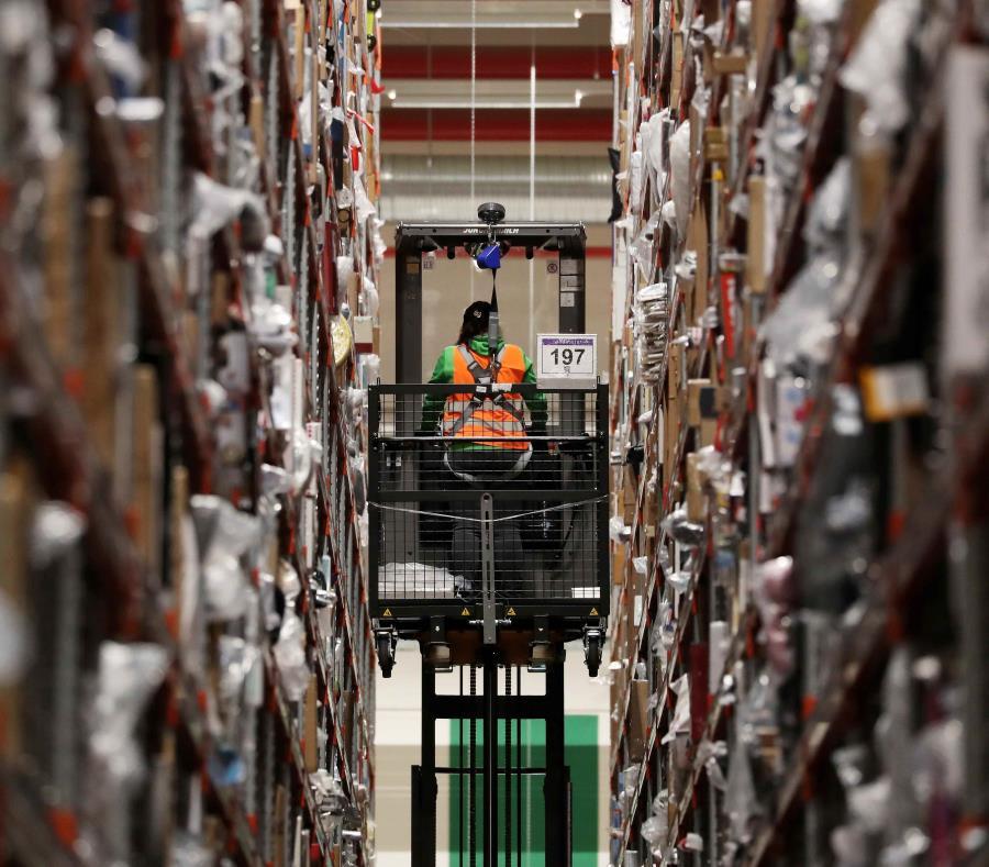 Un empleado de la multinacional estadounidense del comercio electrónico, Amazon, trabaja en un centro de distribución de Werne, en Alemania. (Agencia EFE) (semisquare-x3)