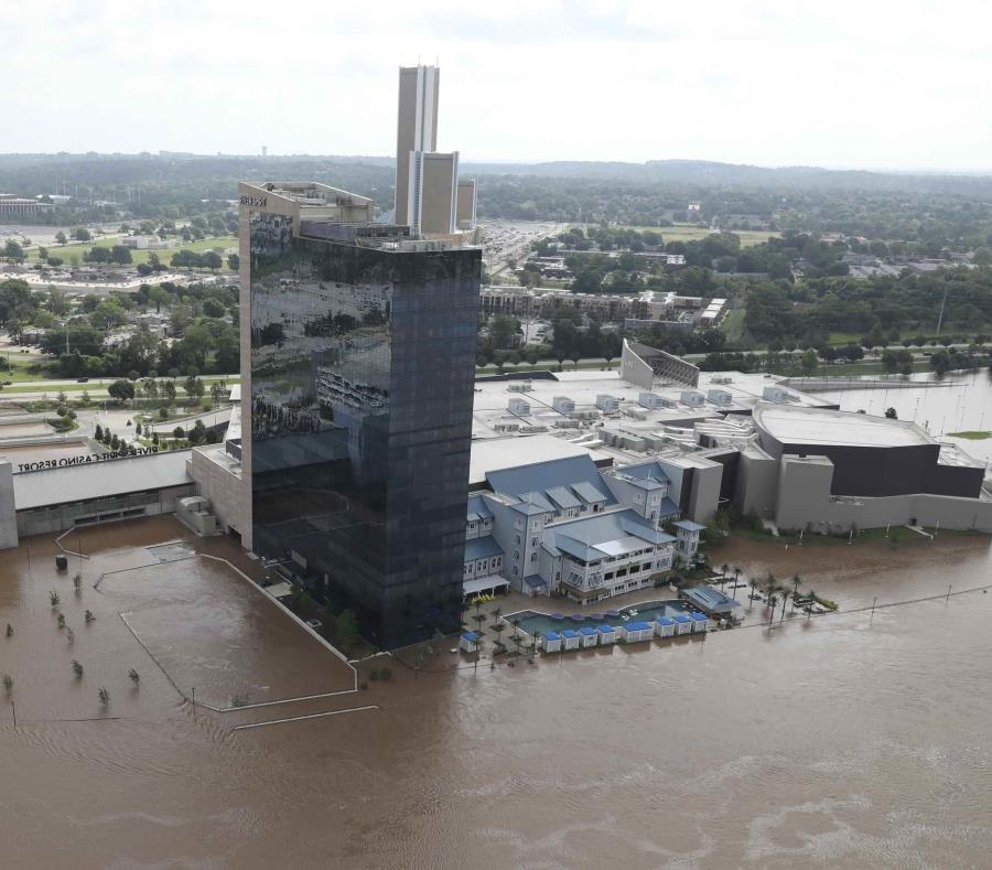 El Hotel y Casino River Spirit está rodeado por una inundación cerca del río Arkansas en Tulsa, Oklahoma. (Tom Gilbert/Tulsa World vía AP) (semisquare-x3)