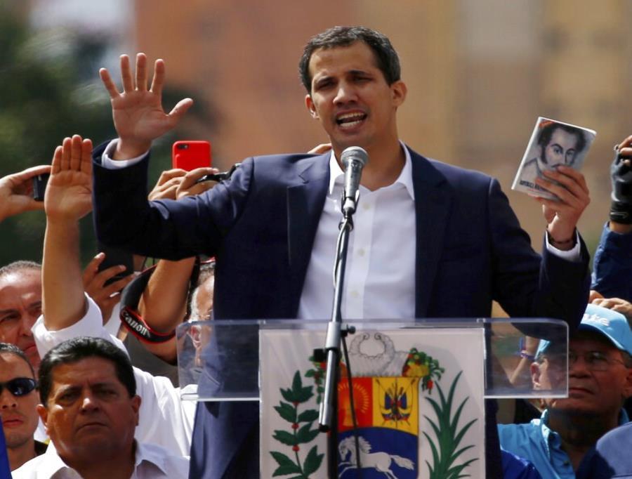 Juan Guaidó, presidente del congreso venezolano controlado por la oposición, se declara presidente interino de Venezuela. (semisquare-x3)