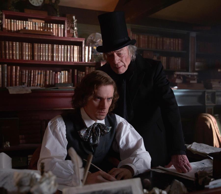 "Dan Stevens encarna al escritor Charles Dickens, mientras Christopher Plummer da vida al personaje literario ""Ebenezer Scrooge"". (Suministrada) (semisquare-x3)"