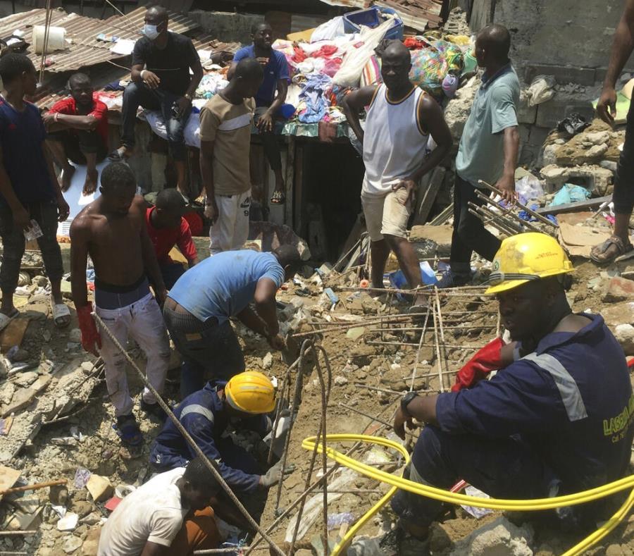 Socorristas y residentes locales excavan en el sitio del derrumbe de una escuela en un barrio densamente poblado en Lagos, Nigeria. (semisquare-x3)
