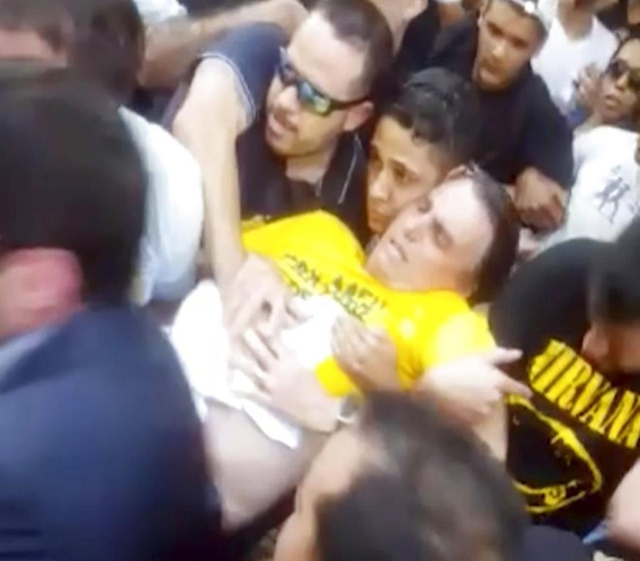 Bolsonaro es trasladado por varias personas tras ser apuñalado en un acto de campaña (semisquare-x3)