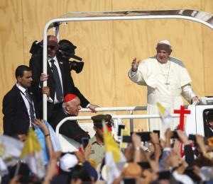 Golpean con un objeto al Papa mientras saludaba a los fieles en Chile
