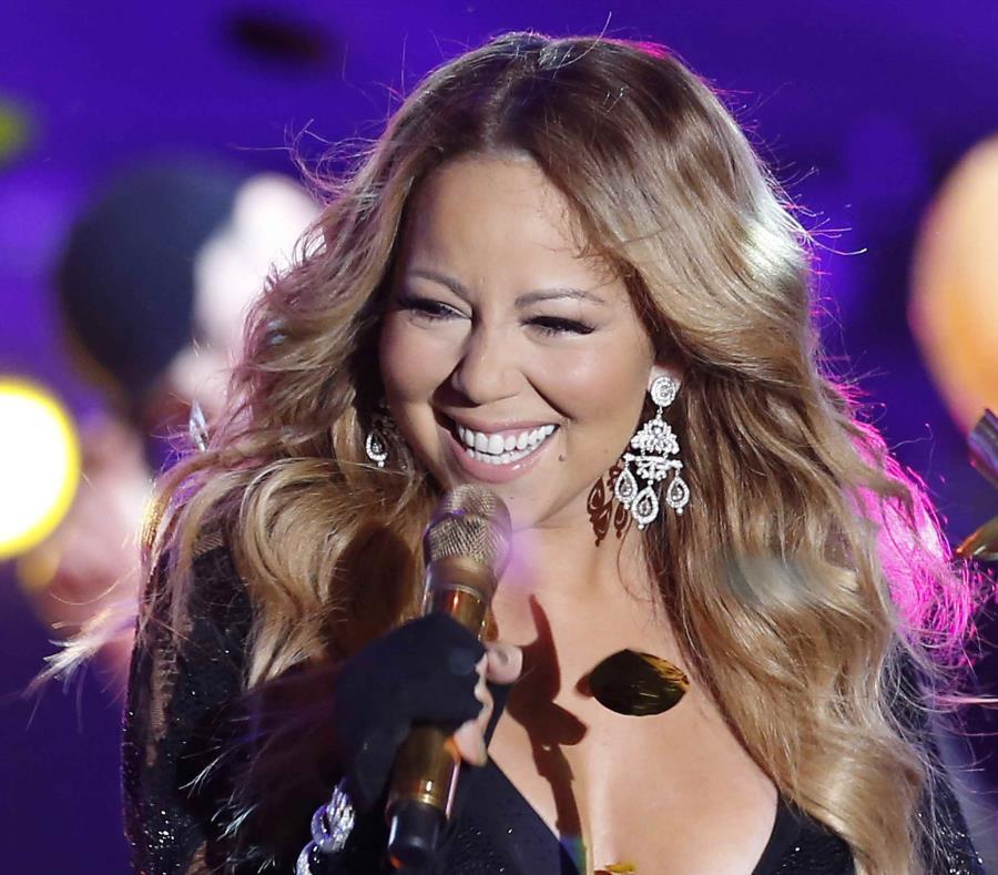 es la artista femenina de mayor éxito comercial de la historia, con más de 200 millones de álbumes vendidos hasta la fecha (semisquare-x3)