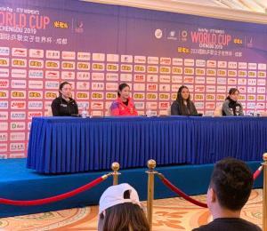 Adriana Díaz se luce en la conferencia de prensa de la Copa Mundial Femenina