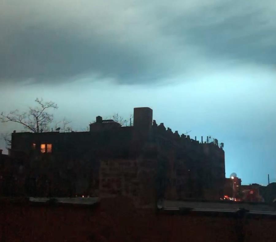 En esta imagen tomada de un video, una luz azul ilumina el cielo nocturno tras una explosión de un transformador eléctrico en el distrito de Queens. (AP / Sophie Rosenbaum) (semisquare-x3)