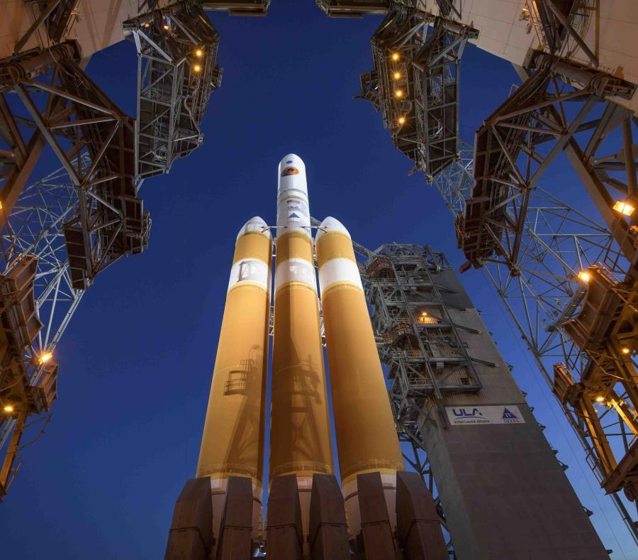 La Mobile Service Tower se aparta para mostrar el cohete United Launch Alliance Delta IV Heavy con la sonda solar Parker a bordo, el 11 de agosto de 2018, en el complejo de lanzamiento 37 de la estación de la Fuerza Aérea en Cabo Cañaveral, Florida. (NASA (semisquare-x3)