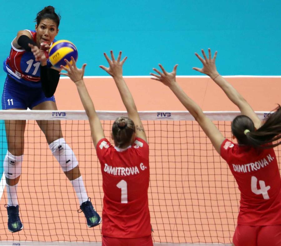Karina Ocasio (rematando) se convirtió en la primera voleibolista puertorriqueña en firmar contrato para jugar en la liga de Indonesia. (semisquare-x3)