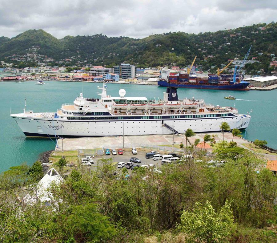 El crucero Freewinds atracado en el puerto de Castries, capital de Santa Lucía, el 2 de mayo . (AP / Bradley Lacan) (semisquare-x3)