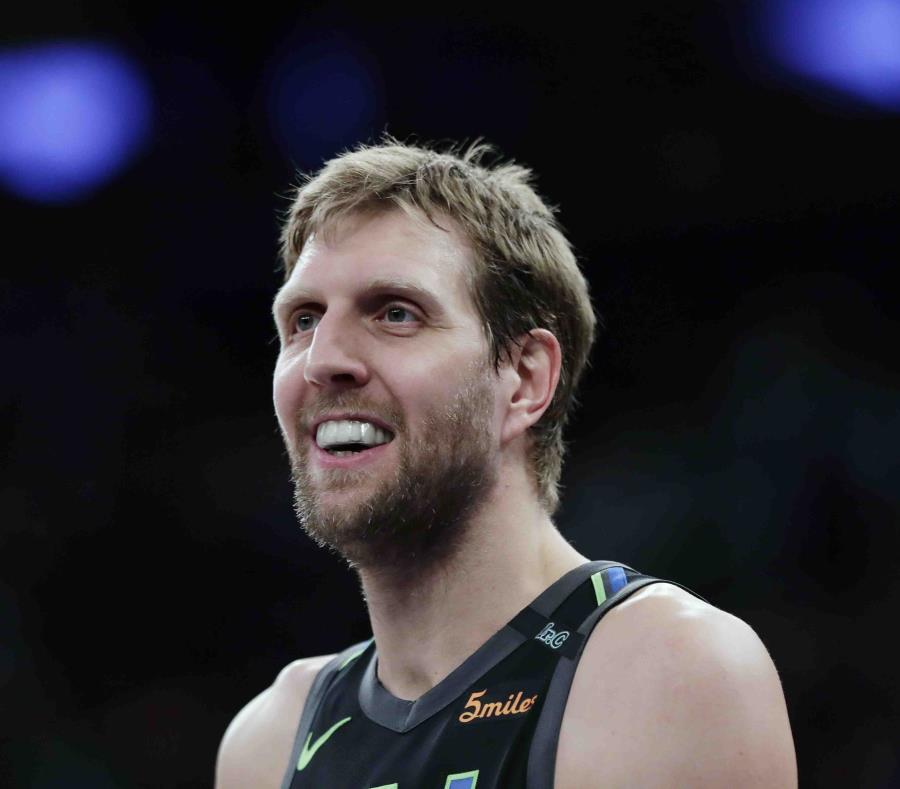 Dirk Nowitzki vuelve a firmar con Mavericks