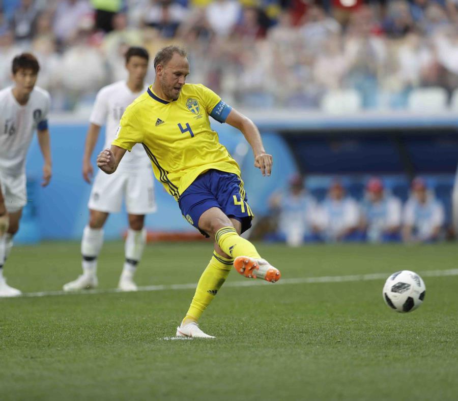 Andreas Granqvist  se apresta a tirar el gol de la victoria.  (AP) (semisquare-x3)
