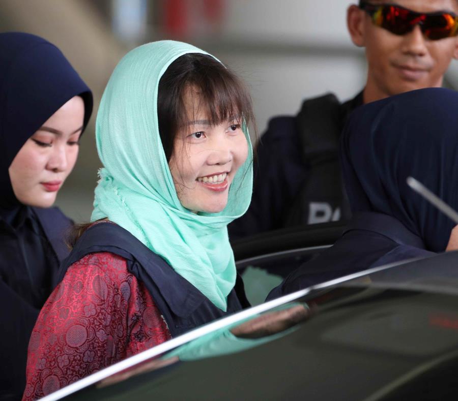 La vietnamita Doan Thi Huong es escoltada por la Policía a su salida del tribunal en Shah Alam, en Malasia. (EFE) (semisquare-x3)