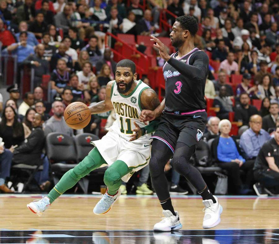 Kyrie Irving, de los Celtics, maneja el balón contra Dwyane Wade. (AP) (semisquare-x3)