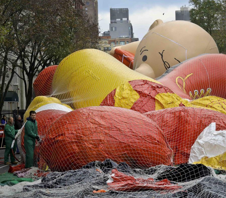 Operarios inflan globos gigantes, incluyendo uno con la imagen de Charlie Brown, en la víspera de su participación en la 92da edición del Desfile del Día de Gracias de Macy's, el 21 de noviembre de 2018, en Nueva York (semisquare-x3)