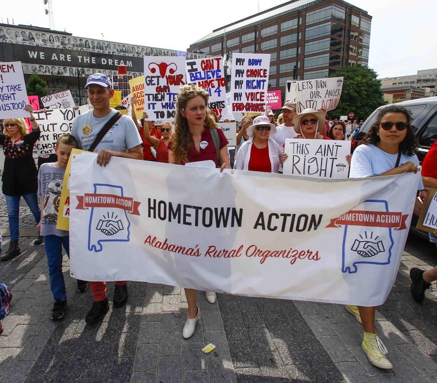 Manifestantes por los derechos de la mujer marchan al Congreso de Alabama para protestar la sanción de una ley que criminaliza el aborto en casi todos los casos, sin excepciones para la violación o el incesto, en Montgomery, Alabama, 19 de mayo de 2019. ( (semisquare-x3)
