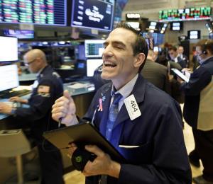 Wall Street sube esperanzado a paquete de ayuda en Estados Unidos