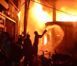 Reportan 69 muertos por incendio en capital de Bangladesh